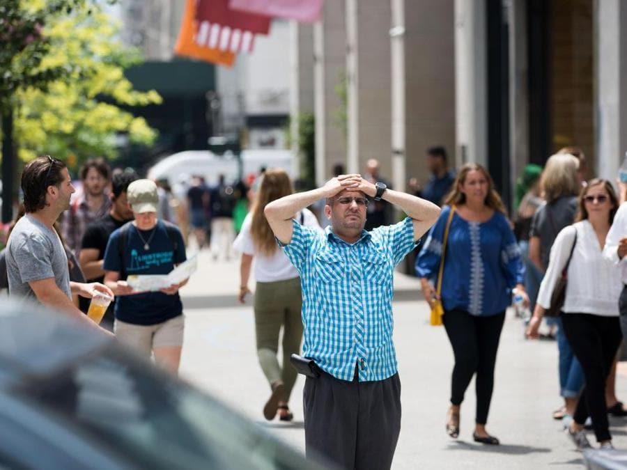 Turisti lungo la 6th Avenue a Manhattan (Kevin Hagen/Getty Images/AFP)