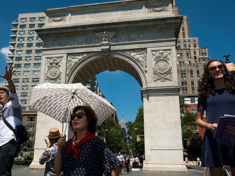 Ombrelli per ripararsi dal sole Washington Square Park (Drew Angerer/Getty Images/AFP)
