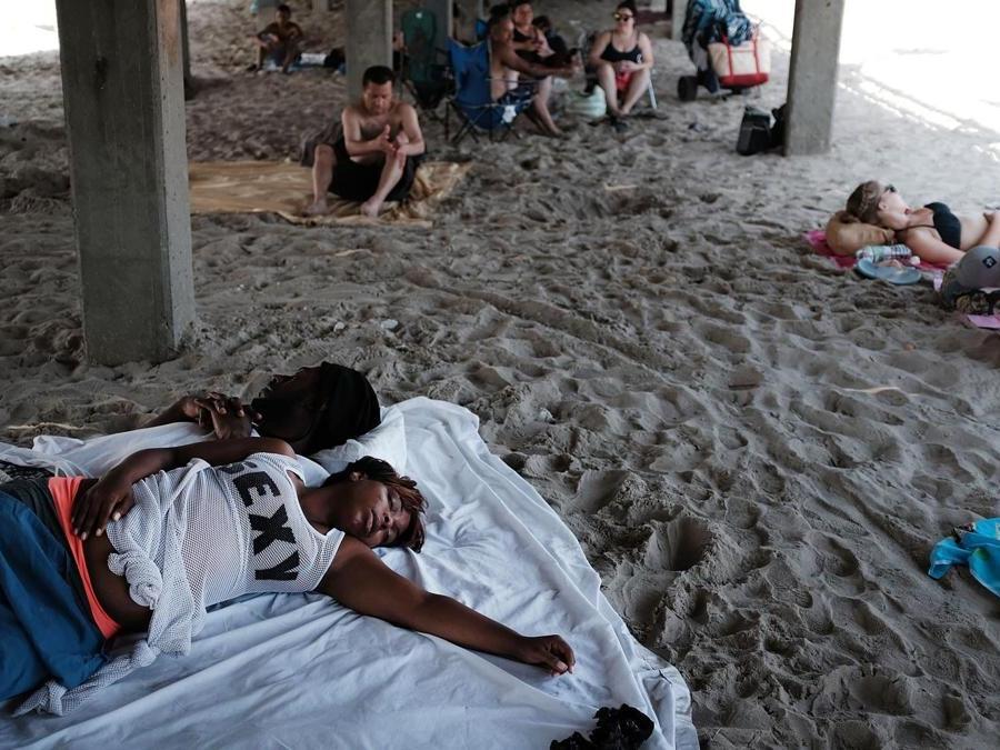 Alla ricerca di un po' refrigerio sotto i pontili di Coney Island (Spencer Platt/Getty Images/AFP)