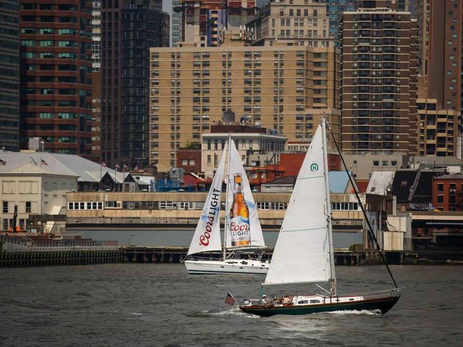 Barche a vela lungo l'East River (Drew Angerer/Getty Images/AFP)