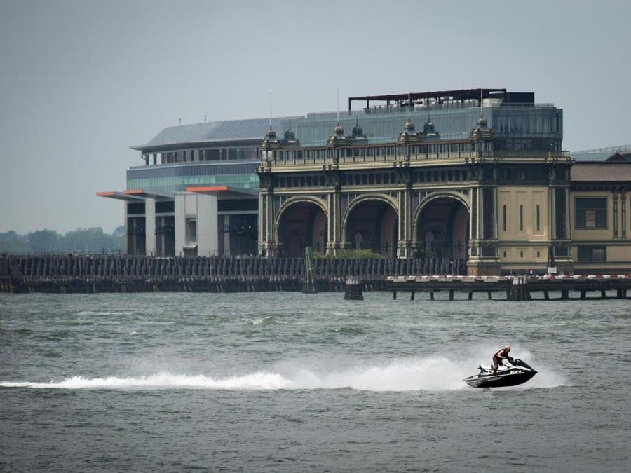 Moto d'acqua lungo l'East River (Drew Angerer/Getty Images/AFP)