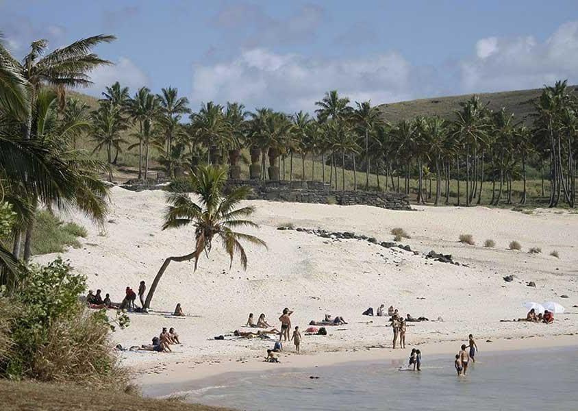 L'Isola di Pasqua è ricoperta da una natura selvaggia e circondata da spiagge di sabbia fine e bianchissima (PH Chile Travel)