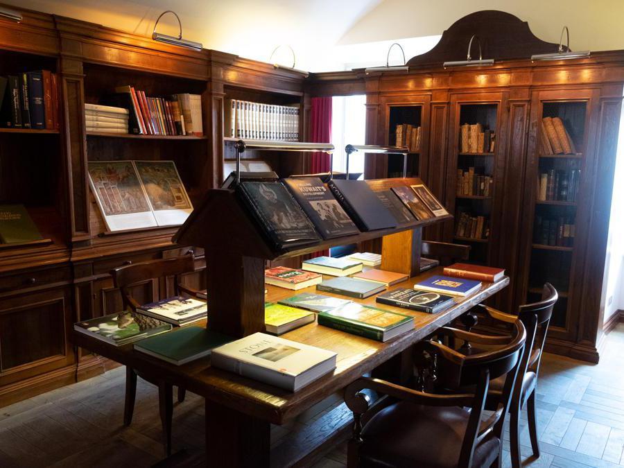 Norcia, Palazzo Seneca. La piccola ma affascinante biblioteca. C'è anche una porta segreta... (Credit: Franco Sarcina)