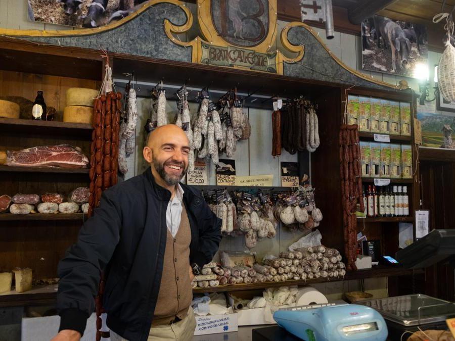 Norcia. Il proprietario e Maître de Maison di Palazzo Seneca Vincenzo Bianconi in una tipica norcineria dentro le mura della cittadina (Credit: Franco Sarcina)