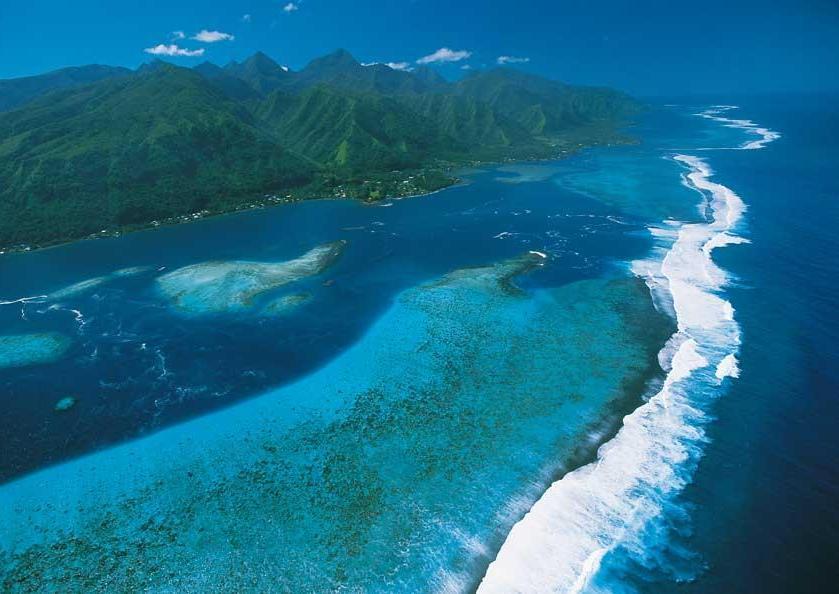 Una veduta aerea delle isole di Tahiti, un paradiso tropicale, sperso tra le acque infinite dell'Oceano Pacifico (PH T. McKenna)