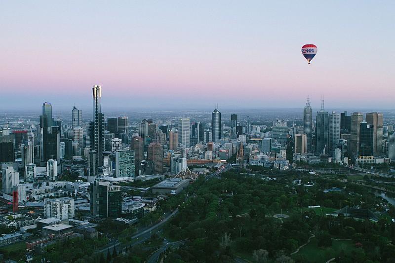 Una mongolfiera in volo su Melbourne (credit Tourism Victoria)