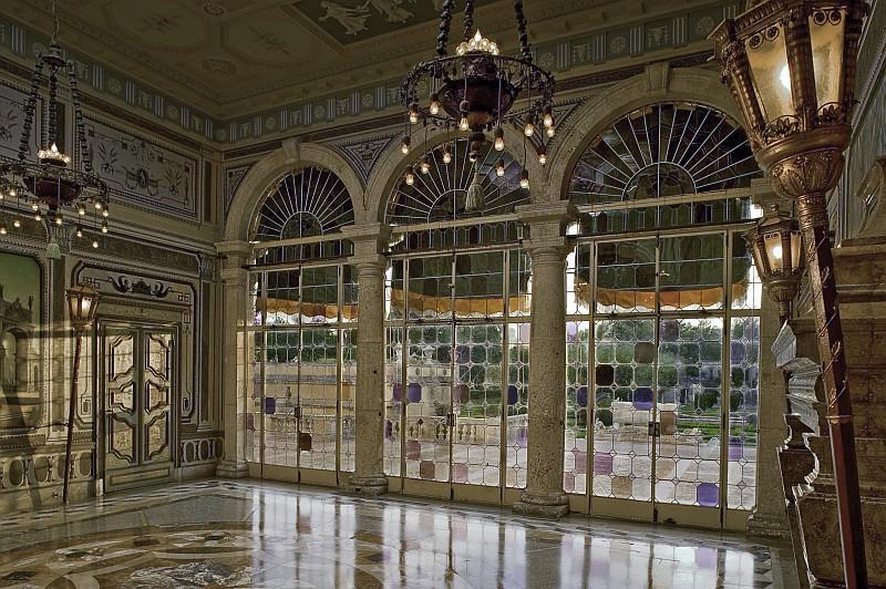 La vetrata della sala da tè di Vizcaya Museum and Gardens, dimora diispirazione rinascimentaledei primi del '900 di70 stanzevoluta Charles Deering, industriale e collezionista d'arte tra i pionieri di Miami(ph miamiandbeaches.it)