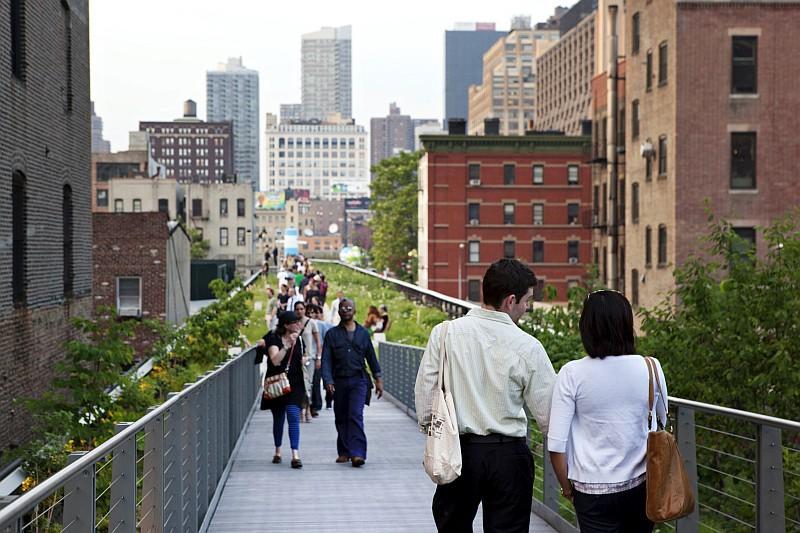 La High Line, parco sopraelevato ricavato su una linea ferroviaria abbandonata nel West Side a Manhattan (© NYC  Company/ Marley White)
