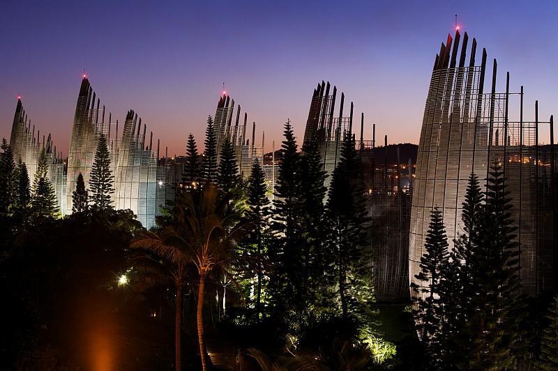 Il Centro Culturale Tjibaou, nella capitale Nouméa, progetto di Renzo Piano (© O. Strewe / NCTPS)