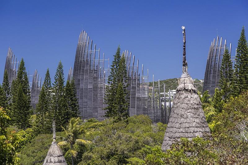 Il Centro Culturale Tjibaou, costruito nel 1998, espone oggetti dellastoria kanakma anche opere di artisti contemporane(© Terres de lumière / NCTPS)