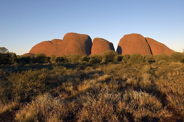 """Kata Tjuta, significa """"molte teste"""" e indica le rocce a cupola che formano il complesso omonimi vicino a Uluru (ph Tourism NT)"""