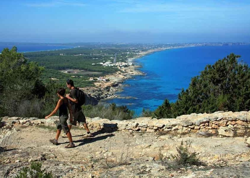 I percorsi si snodano tra l'interno e lungo la costa (PH Turisme de Formentera)