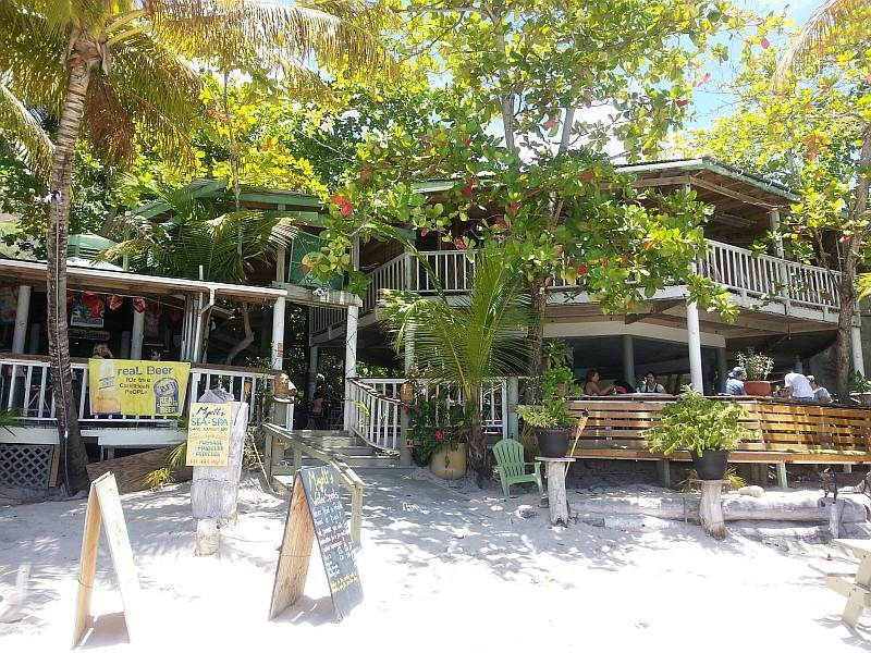 Locali a Cane Garden Bay (BVI Tourist Board)
