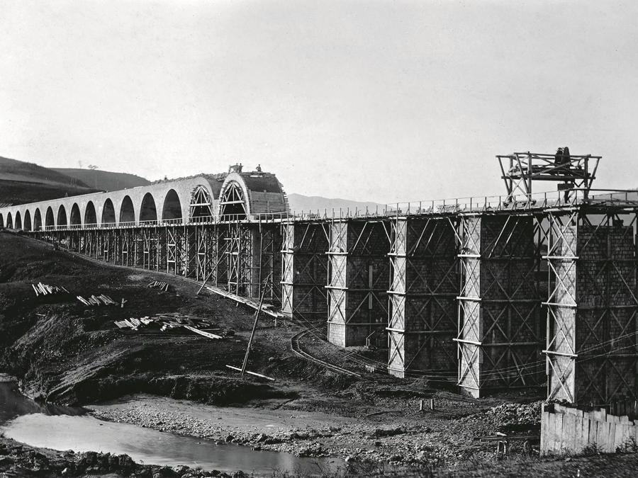 Costruzione del ponte-canale sulla Fiumara di Atella, in Basilicata, per l'Acquedotto pugliese, opera realizzata grazie al supporto  di Cassa depositi e prestiti