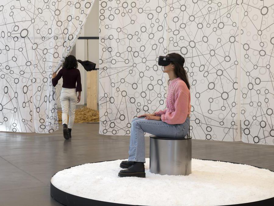 Marzia Migliora, Lo Spettro di Malthus, 2020. Video installazione di realtà virtuale, suono ASMR, colore, animazione, 4'30'', dispositivo Oculus, sale, sgabello, vasca, ø 250 cm. Foto di Renato Ghiazza. Courtesy: dell'artista; Museo MA*GA.