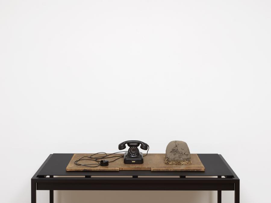 Joseph Beuys. Foto: Marcus Leith «Erdtelefon (Earth Telephone)», 1968. Per gentile concessione della Galerie Thaddaeus Ropac, Londra, Parigi, Salisburgo (Joseph Beuys Estate / VG-Bildkunst, Bonn, 2020)