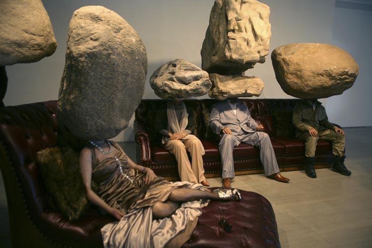 Sun Yuan & Peng Yu  «Teenager Teenager » 2011 simulazione di scultura, sofa, simulazione di pietra. Per gentile concessione dell'artitsta e della galleria Continua di San Gimignano