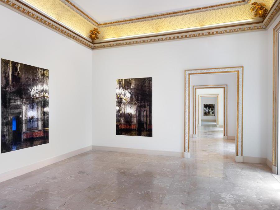 Veduta d'installazione , Elisa Sighicelli 'Storie di Pietròfori e Rasomanti'. Museo Pignatelli, Napoli (foto di  Sebastiano Pellion di Persano)