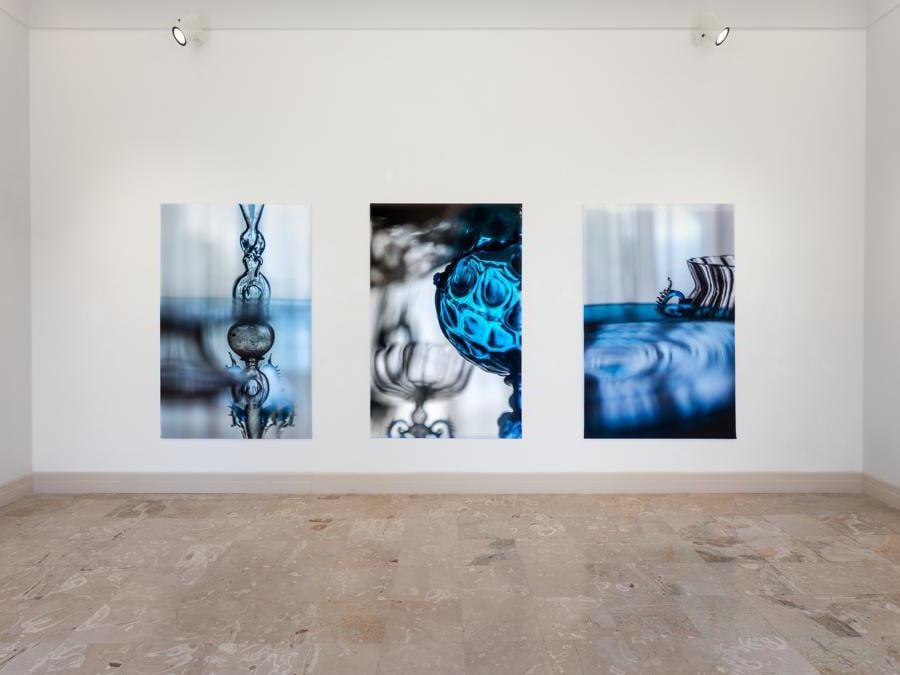 Veduta d'installazione , Elisa Sighicelli 'Storie di Pietròfori e Rasomanti' Museo Pignatelli, Napoli (foto di  Sebastiano Pellion di Persano)