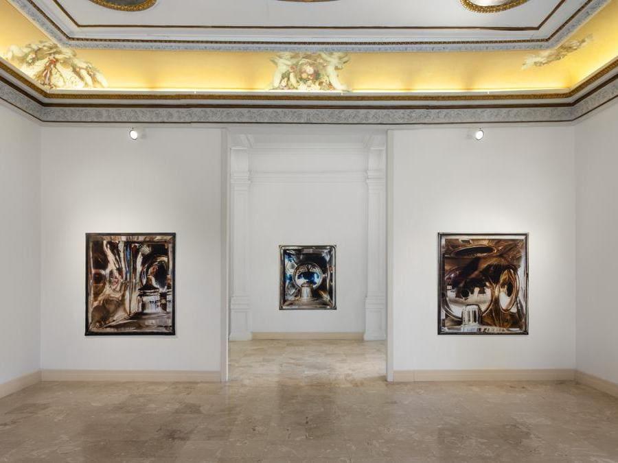 Veduta d'installazione , Elisa Sighicelli «'Storie di Pietròfori e Rasomanti'. Museo Pignatelli, Napoli (foto di  Sebastiano Pellion di Persano)