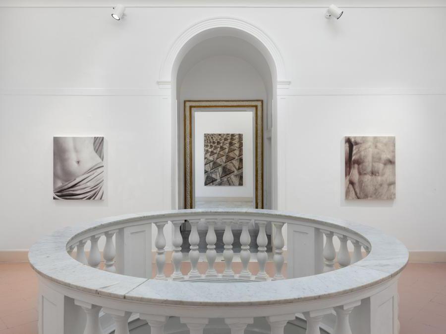 Veduta d'installazione, Elisa Sighicelli  'Storie di Pietròfori e Rasomanti'. Museo Pignatelli, Napoli (foto di  Sebastiano Pellion di Persano)