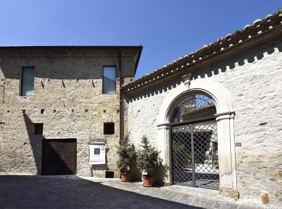 Palazzo Clemente a Castelbasso, sede della Fondazione Malvina Menegaz per le Arti e le Culture (Foto di Gino Di Paolo).
