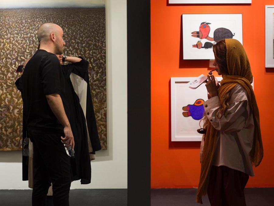 Gli stand di Dastan Gallery con una tela di Peybak e la mostra di outsider art, Teer Art Fair 2019. Courtesy di Matin Jameie e Teer Art