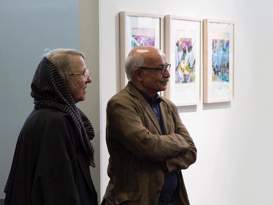 Ali Nassir, l'artista con dipinti su carta allo stand di O Gallery, Teer Art Fair 2019. Courtesy di Matin Jameie e Teer Art