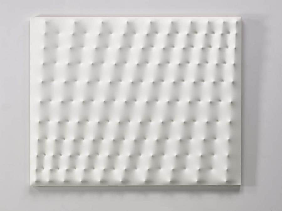 Enrico Castellani, Superficie bianca, 1975 (courtesy di Sotheby's)