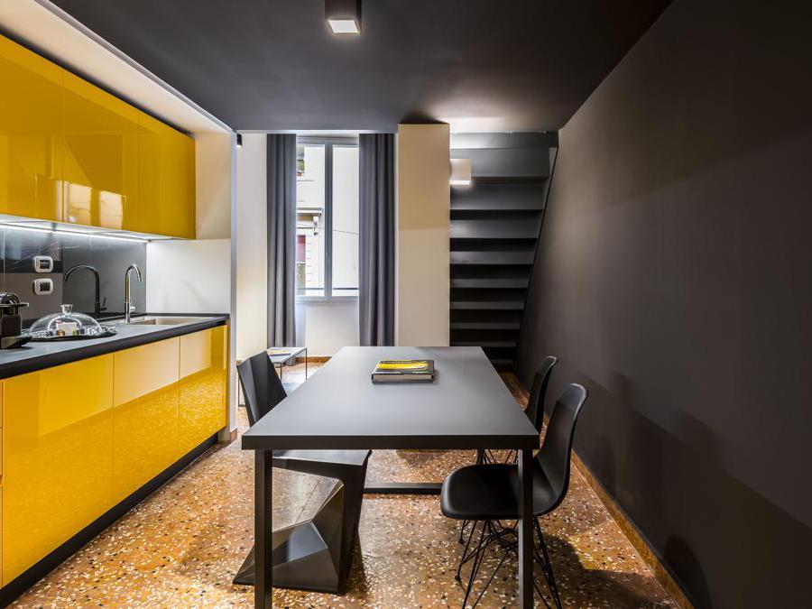 DCRE Stile Extreme, photo Enrico Montanari  Branded Apartments Collection, design Iosa Ghini per Colombini Group (2020) Tizio lampada, design Richard Sapper per Artemide (1972)