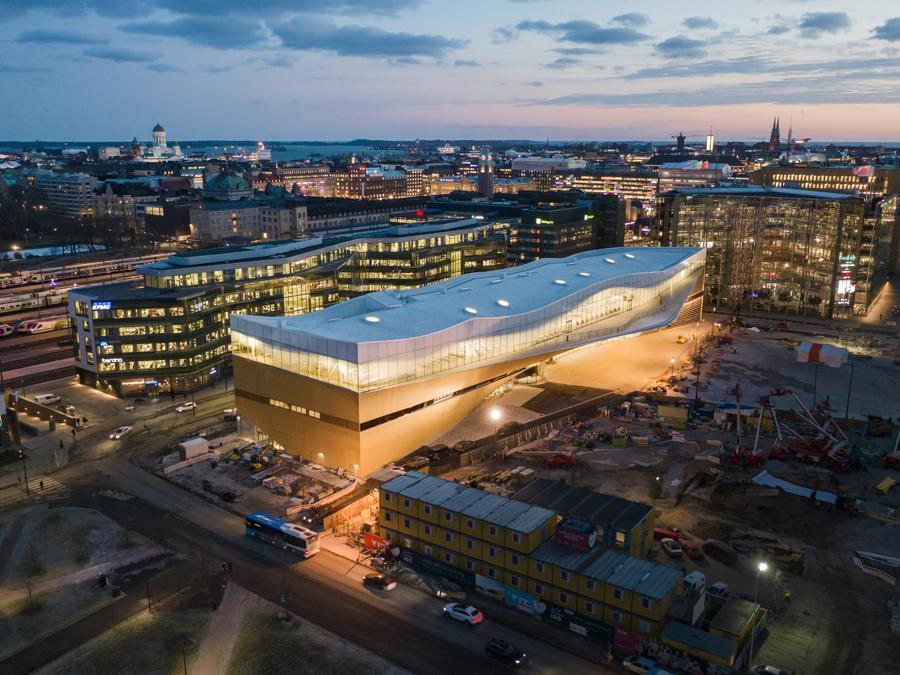A Helsinki, ALA Architects ha firmato la biblioteca Oodi. Un edificio polifunzionale, il cui piano terra può essere allestito per eventi e manifestazioni. La biblioteca ospita anche studi di registrazione, sale per proiezioni e conferenze, workstation, una cucina, macchine per cucire e un'area giochi per bambini (©TuomasUusheimo)