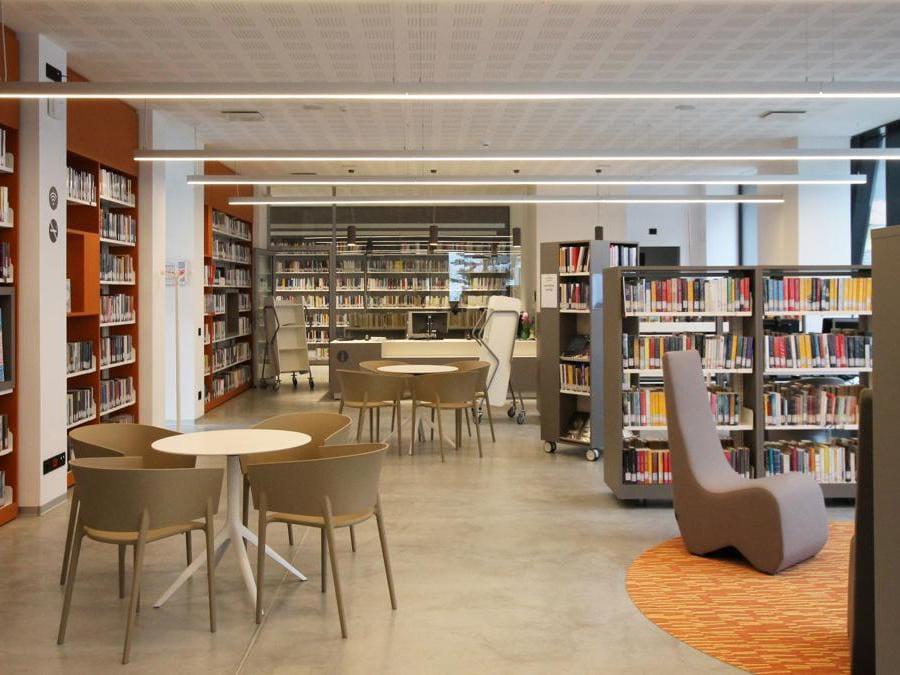 La nuova biblioteca di Ponte Arche, situata a Comano terme, coniuga modernità e tradizione. Il progetto architettonico è di Marco Muscogiuri di Alterstudio Partners di Milano. All'estetica si somma l'investimento per la riqualificazione energetica dell'immobile, un tempo destinano a essiccatoio del tabacco (©alterstudiopartners)