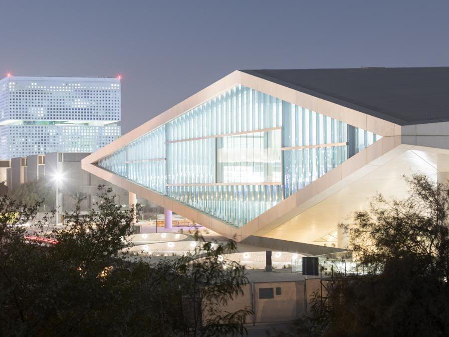 La biblioteca nazionale del Qatar, a Doha, è pensata per contenere un'intera popolazione e più di un milione di libri. Progettata da Rem Koolhas e dallo studio OMA, l'immensa struttura somiglia a una piccola città, con vialetti che attraversano gli scaffali. Un luogo predisposto allo studio, all'incontro e all'interazione(photo by Iwan Baan)