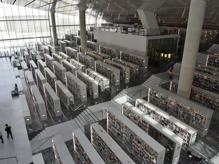 La biblioteca nazionale del Qatar, a Doha, è pensata per contenere un'intera popolazione e più di un milione di libri. Progettata da Rem Koolhas e dallo studio OMA, l'immensa struttura somiglia a una piccola città, con vialetti che attraversano gli scaffali. Un luogo predisposto allo studio, all'incontro e all'interazione (photo by Hans Werlemann)