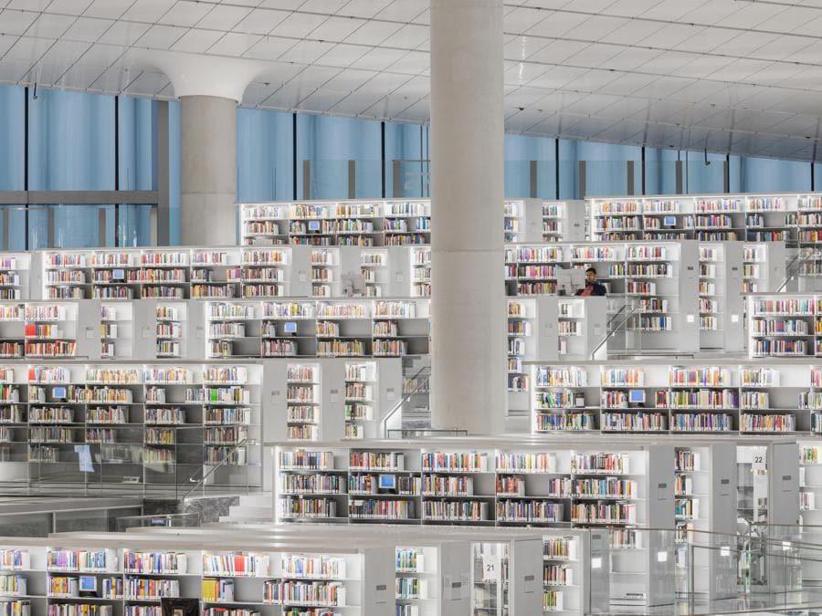 La biblioteca nazionale del Qatar, a Doha, è pensata per contenere un'intera popolazione e più di un milione di libri. Progettata da Rem Koolhas e dallo studio OMA, l'immensa struttura somiglia a una piccola città, con vialetti che attraversano gli scaffali. Un luogo predisposto allo studio, all'incontro e all'interazione (photo by Delfino Sisto Legnani and Marco Cappelletti)
