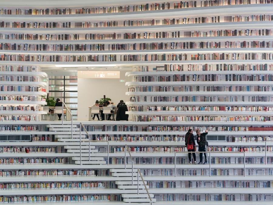 Firmata dallo studio olandese MVRDV, insieme all'istituto di urbanistica locale TUPD, la Library sorge a Tianjin Binhai, in Cina. Una struttura all white di oltre 33mila metri quadrati. Al centro dell'atrio finestrato polifunzionale campeggia un globo specchiato, tutt'attorno, terrazzamenti tappezzati di libri (©Ossip)
