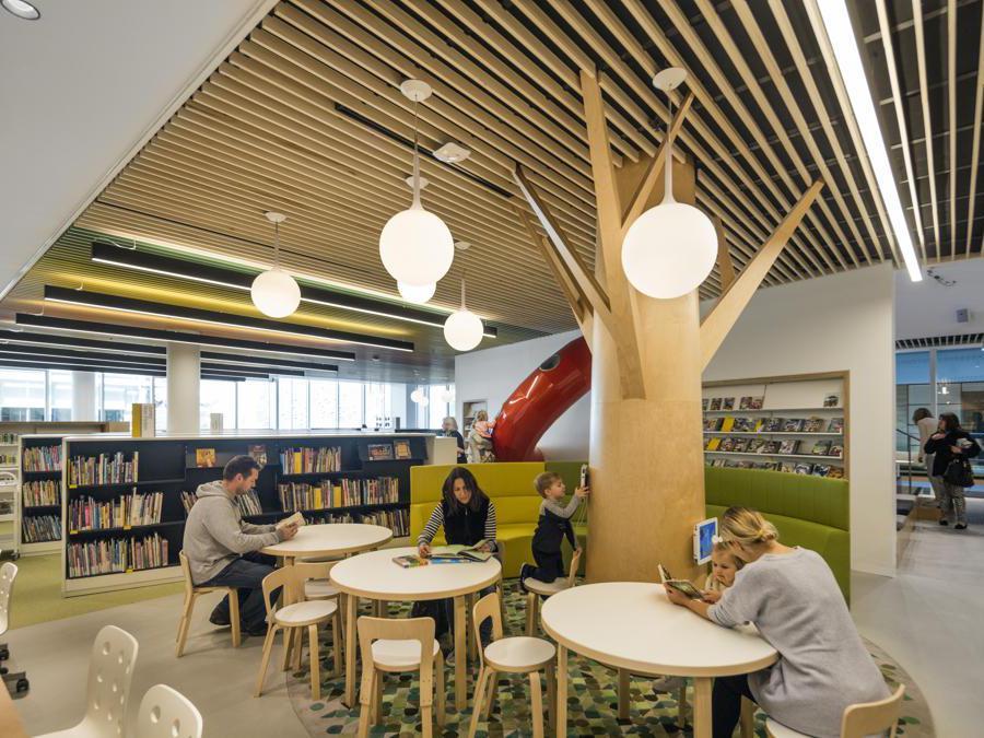La biblioteca firmata dallo studio BVN di Sydney è un esempio di architettura biofilica. Commissionata dalla municipalità di Woollahra, nel sud-ovest dell'Australia, la struttura ospita al suo interno piante e verde pensile, che vanno a integrarsi in un ambiente dove il legno è il materiale che predomina