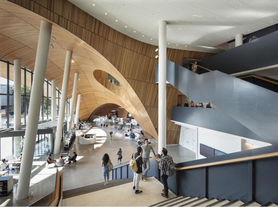 Situata a Philadelphia, la Charles Library ha inaugurato nel 2019. L'edificio, progettato da Snøhetta e certificato Leed Gold, reinterpreta la vocazione originaria di una biblioteca divenendo un punto di incontro per gli studenti e la comunità. Gli spazi sociali si alternano a quelli dedicati allo studio e alla ricerca
