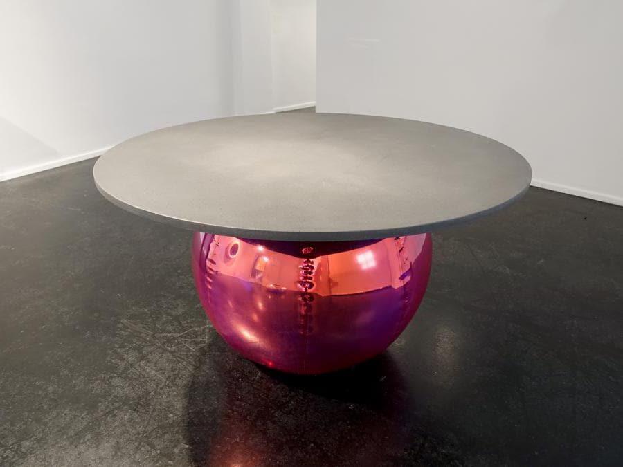 Collezione Zeppelin di Zanellato Bortotto per Galleria Luisa Delle Piane. Tavolo, coffee table, specchio, console e lampade da parete costituiti da una parte gonfiabile (in pvc dai colori cangianti) ed elementi in cemento.