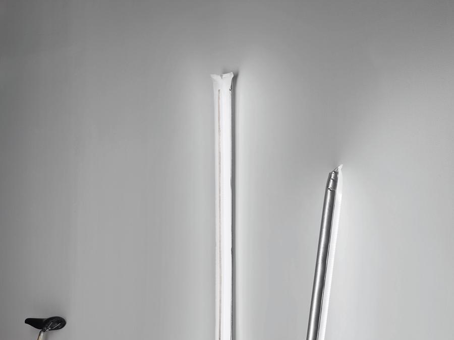 Blow Me Up di Theo Möller, Ingo Maurer & team. Lampada gonfiabile in materiale sintetico e metallo, con striscia Led.