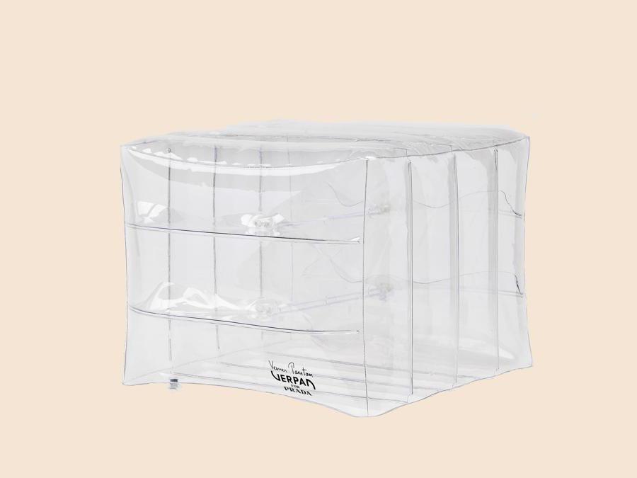 Inflatable Stool di Verner Panton per Prada. Pouf gonfiabile a forma cubica realizzato in pellicola trasparente termosaldata 100% riciclabile. Lanciato inizialmente negli anni 60, è stato rieditato nel 2018 dal marchio danese Verpan per Prada. Compressore incluso e packaging dedicato (650 euro).