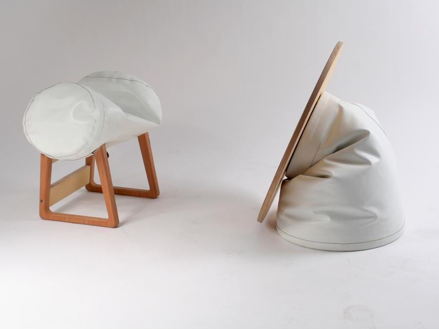 Inflatable Sidetable di Philipp Beisheim. Tavolo con base gonfiabile in Hypalon (un tessuto in neoprene di poliestere particolarmente resistente) e piano in legno. Il progetto ha vinto il SaloneSatellite Award nel 2016.