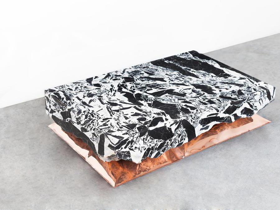 InHale di Ben Storms. Coffee table in marmo e metallo, in diverse varianti. (Foto: Teri Romkey)