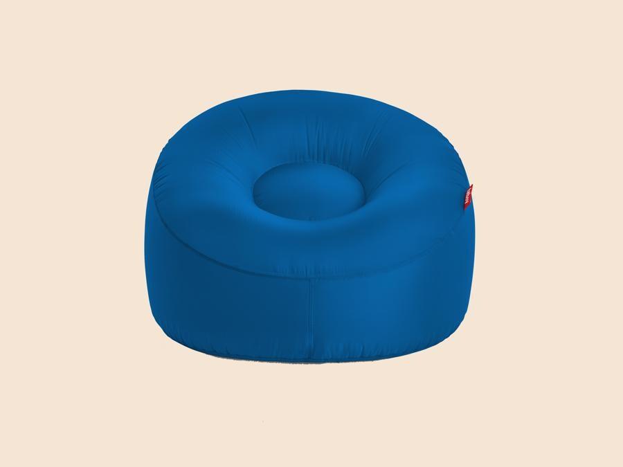 Lamzac O, Fatboy. Poltrona che si gonfia con il movimento dell'aria in ripstop nylon, in diverse colorazioni. È l'evoluzione presentata quest'anno del divano gonfiabile lanciato nel 2016 dall'azienda olandese.