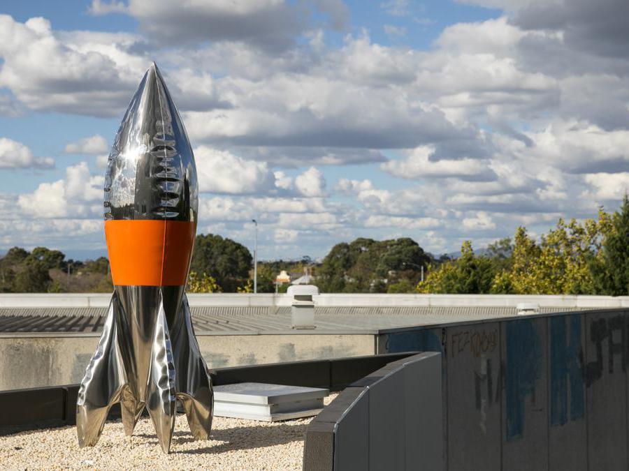 Lovely Boy di David McCracken. Razzo realizzato in fogli dello spessore di 2 mm di acciaio inossidabile lucidato sottoposti a espansione idrostatica. L'artista neozelandese cerca di abbinare materiali giocosi a forme e simboli ambigui: in questo caso un razzo/missile, in altri una bomba.