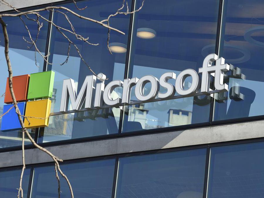 Il logo Microsoft nella vetrata esterna della sede. (Agf)