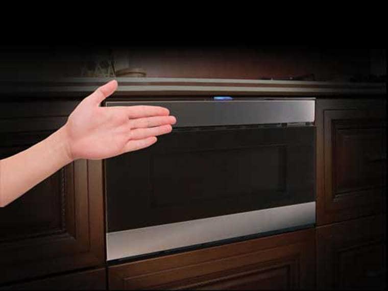 Sharp, il forno che vede la mano e si apre