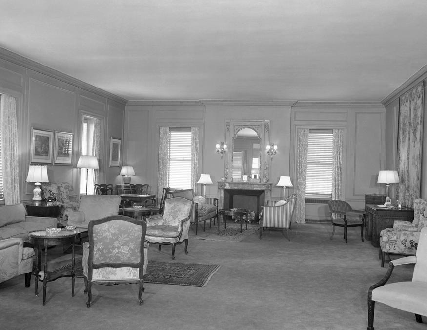 La suite al trentasettesimo piano del Waldorf nell'aprile del 1951. (AP Photo/Jacob Harris)