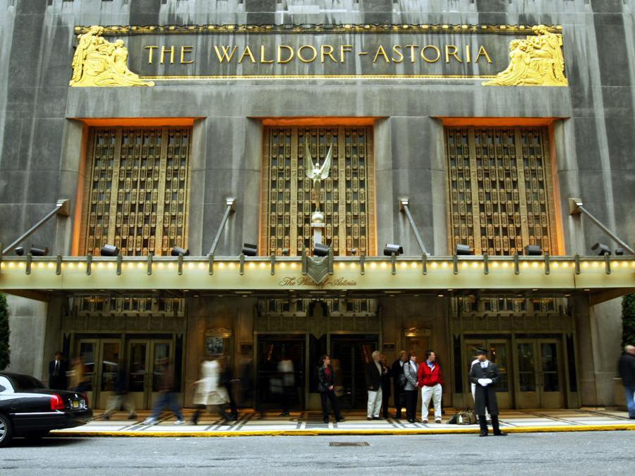 L'ingresso del  Waldorf-Astoria nell'ottobre  2003.  (Chris Hondros/Getty Images/AFP)