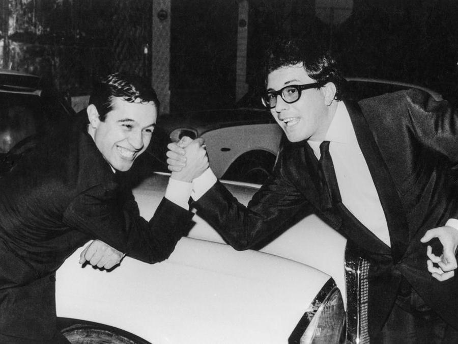 1969. Roma, i cantautori Fred Bongusto e Peppino Di Capri in una sfida a braccio di ferro (Agf)